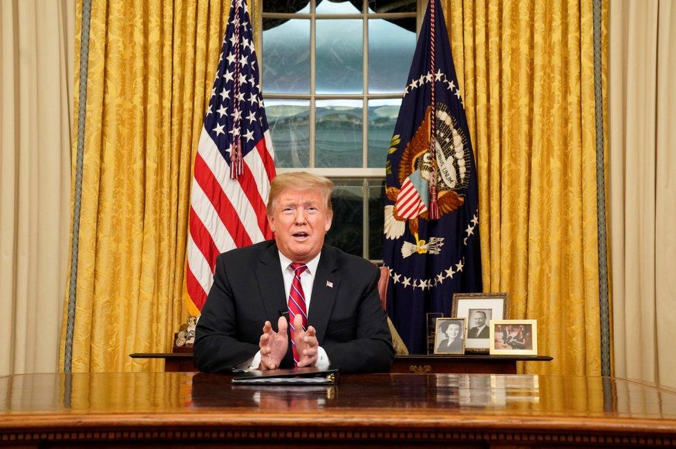 Prezident Donald Trump během projevu v Oválné pracovně