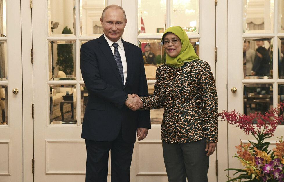 Singapurská prezidentka Halimah Yacobová při setkání s ruským prezidentem Vladimirem Putinem