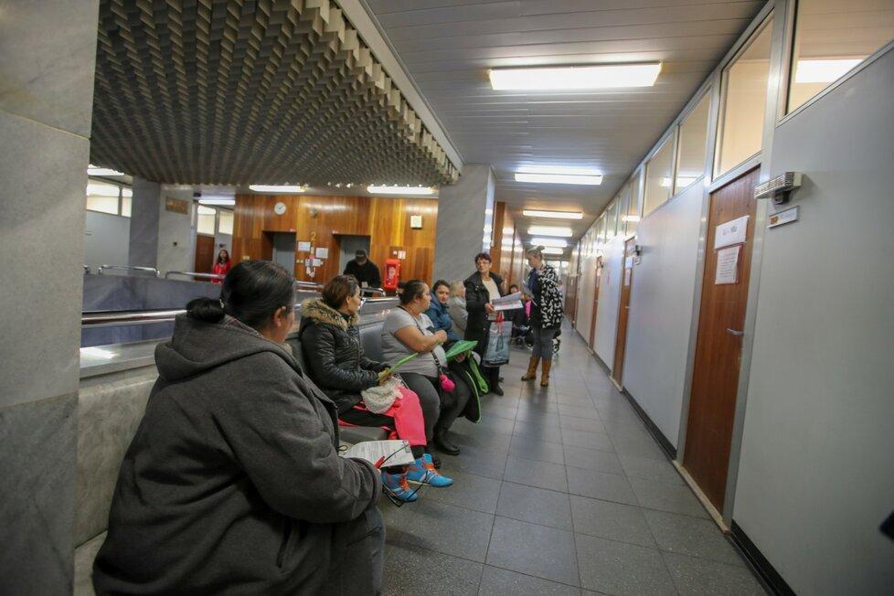 Lidé čekají na úřadu práce v Ústí nad Labem (9.1.2019)