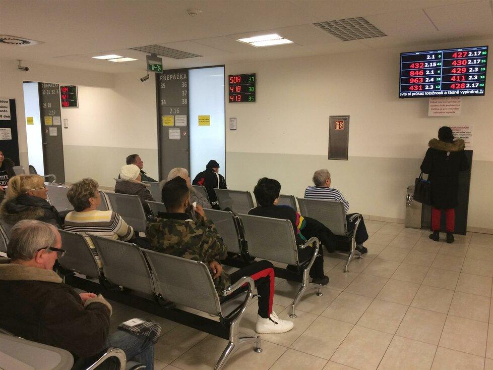 Lidé čekají na úřadu práce v Brně (9.1.2019)