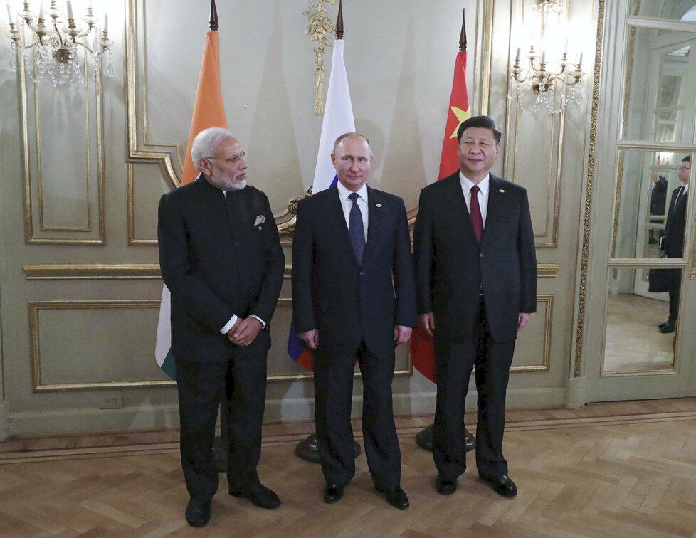Indický premiér Narendra Modi s ruským prezidentem Putinem a čínským premiérem Si Ťin-pchingem