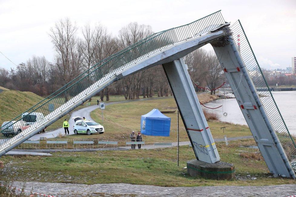 Poranění po pádu Trojské lávky se po více než roce dočkali odškodnění.