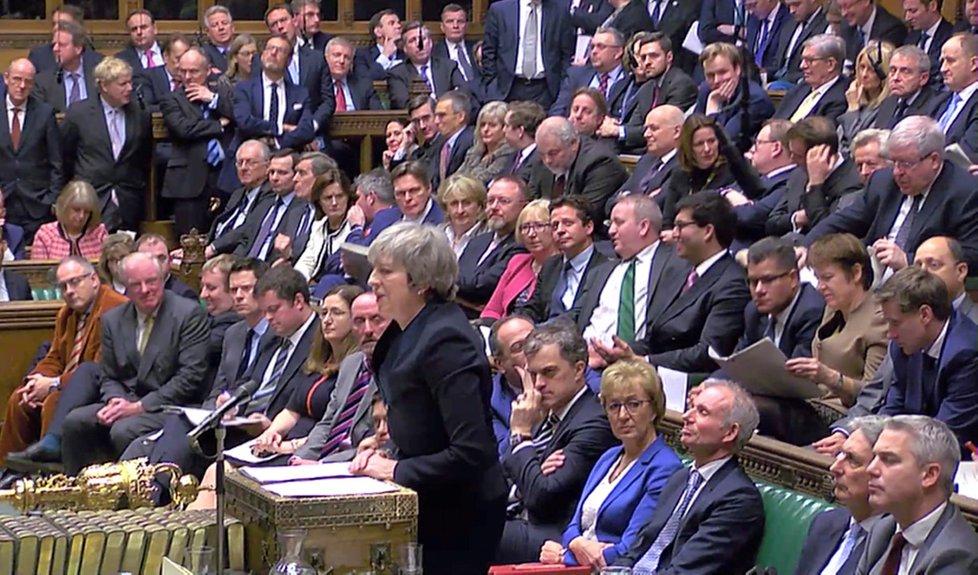 Britská premiérka Theresa Mayová opět předstoupí před parlament, naději jí nikdo nedává