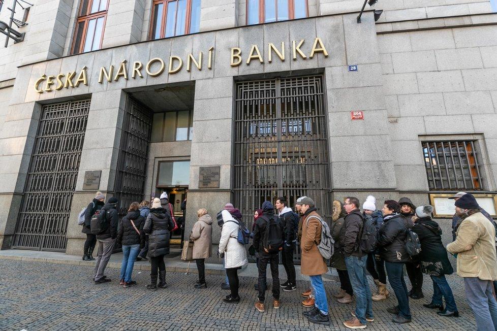 Před Českou národní bankou lidé od rána stojí v dlouhé frontě. Vydávají se speciální pamětní mince.