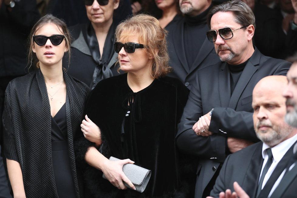 Rodina Luďka Munzara odchází z Národního divadla.