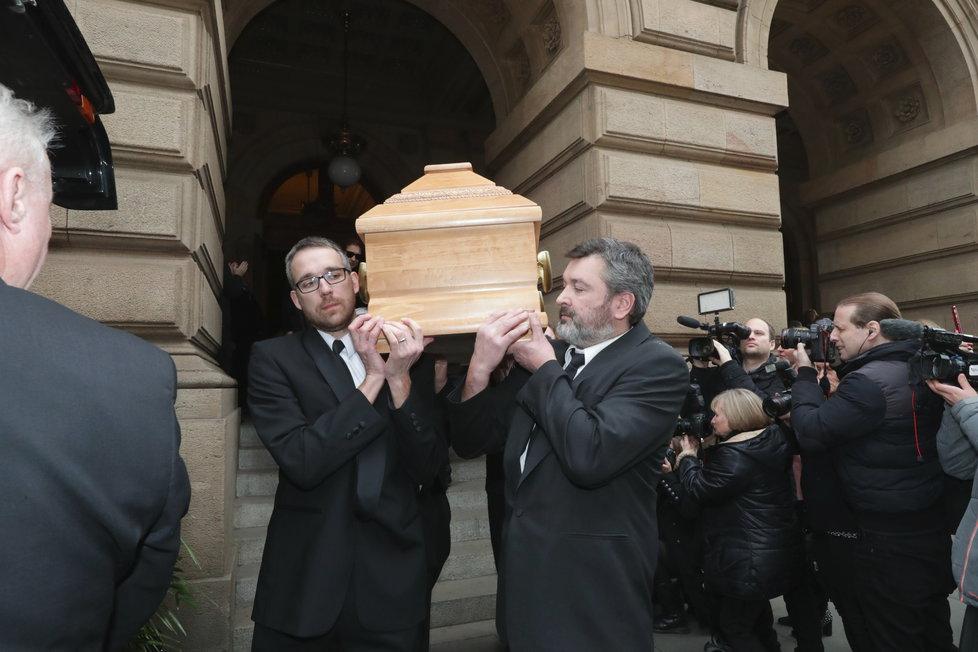 Smuteční hosté opouštějí Národní divadlo, kde rozloučili s Luďkem Munzarem.