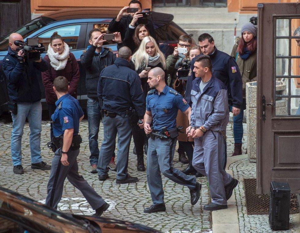 Obžalovaný z přepadení Petry Kvitové Radim Žondra opouští budovu brněnského soudu
