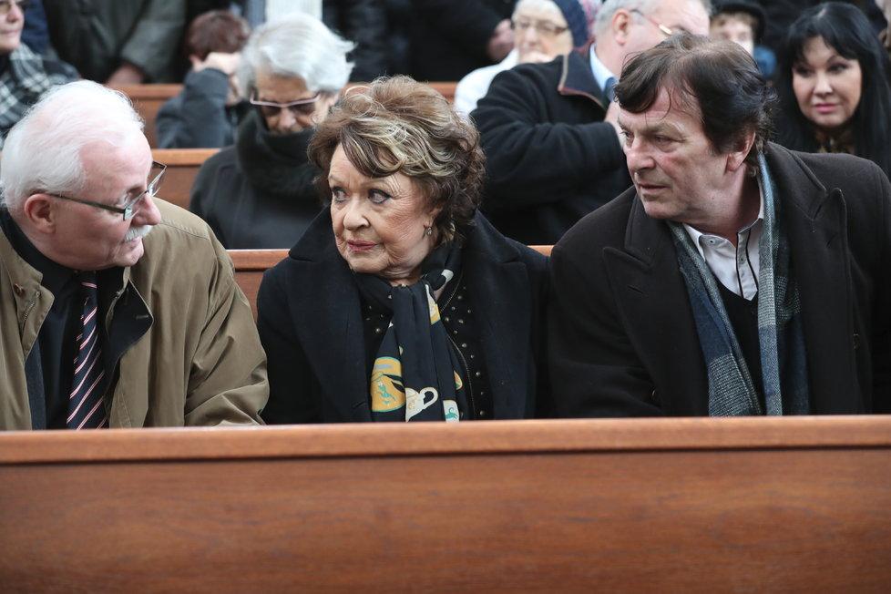 Lidé se loučí s režisérem Vorlíčkem.