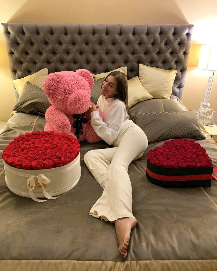 Jasmína Alagič dostala medvídka z růží