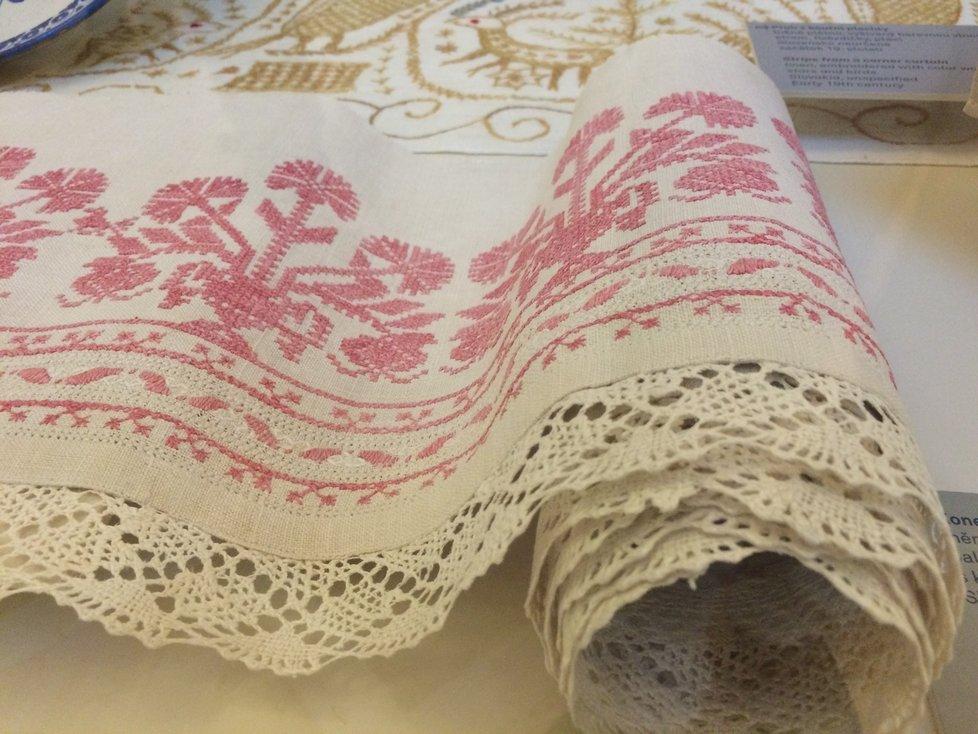 Dámský salonek měl prezentovat zručnost a nápaditost českého rukodělného umění. Jednotlivé kusy textilu byly porůznu vyšívané, háčkované nebo paličkované.