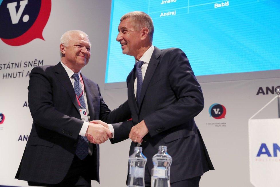 Předseda ANO Andrej Babiš přijímá gratulace ke zvolení od Jaroslava Faltýnka (17. 2. 2019)