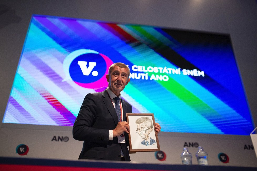 Andrej Babiš dostal na volebním sněmu hnutí ANO svou karikaturu