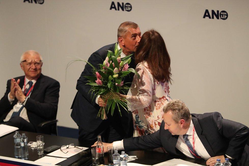 Těhotná místopředsedkyně hnutí ANO Jaroslava Pokorná Jermanová dostala od předsedy Andreje Babiš na závěr volebního sněmu kytku, pusu a přání, ať porod dobře dopadne ( 17. 2. 2019)
