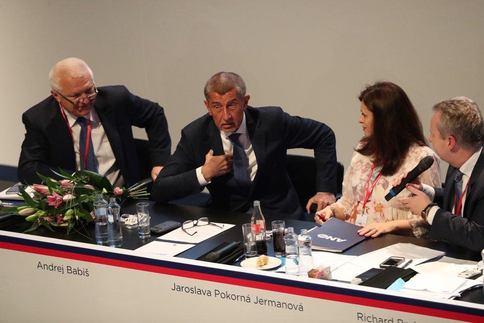 Místopředseda hnutí ANO a moderátor sněmu Richard Brabec vybízí předsedu Andreje Babiš, aby se ujal závěrečného slova (17. 2. 2019)