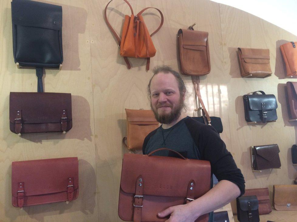 Za sedm let se Jakub Jarolím vypracoval ve svém oboru vysoko. Původně tvořil doma v obýváku na koleni, dnes vede úspěšnou brašnářskou dílnu s obchodem.