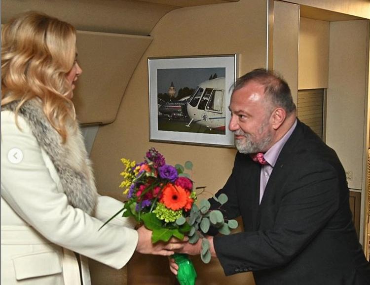 Premiérova manželka Monika Babišová po příletu USA dostala květinu od velvyslance Hynka Kmoníčka (5. 3. 2019)