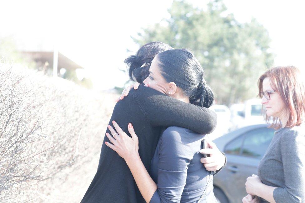 Pohřeb Jiřího Pomeje: Vdova Andrea v objetí s Pomejeho sestrou
