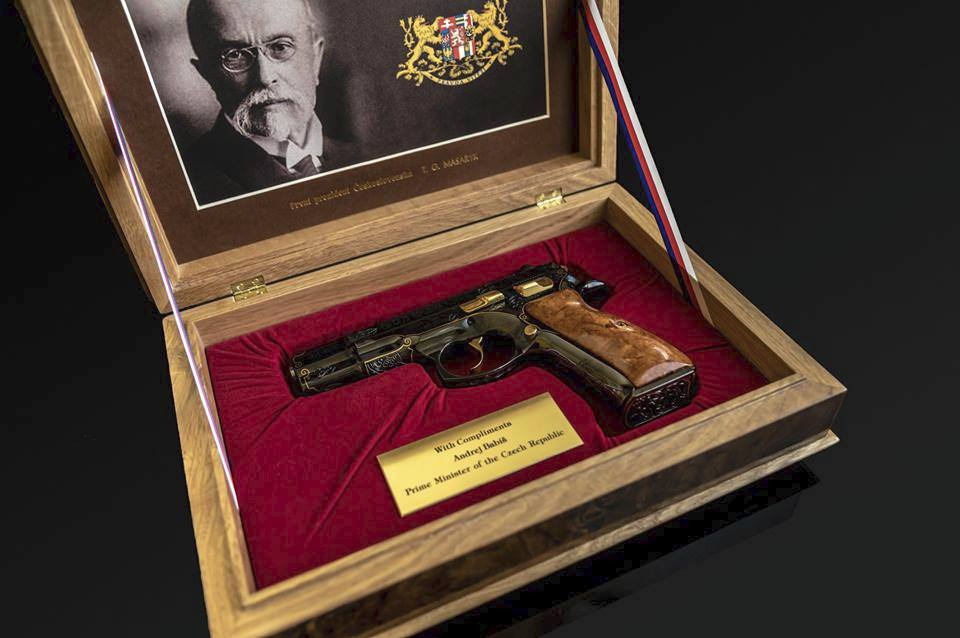 Babiš dal Trumpovi pistoli