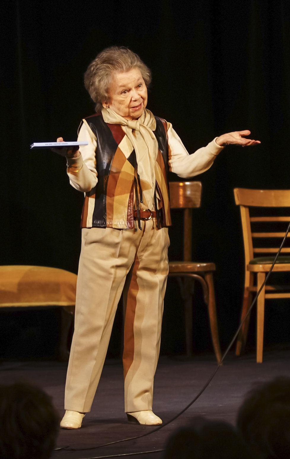 Poslední foto: Před necelými dvěma týdny byla Aťka ještě plná energie. S Janem Přeučilem (82) účinkovala v Divadle U Valšů v pořadu Ebroviny, kde se měla objevit i příští týden.