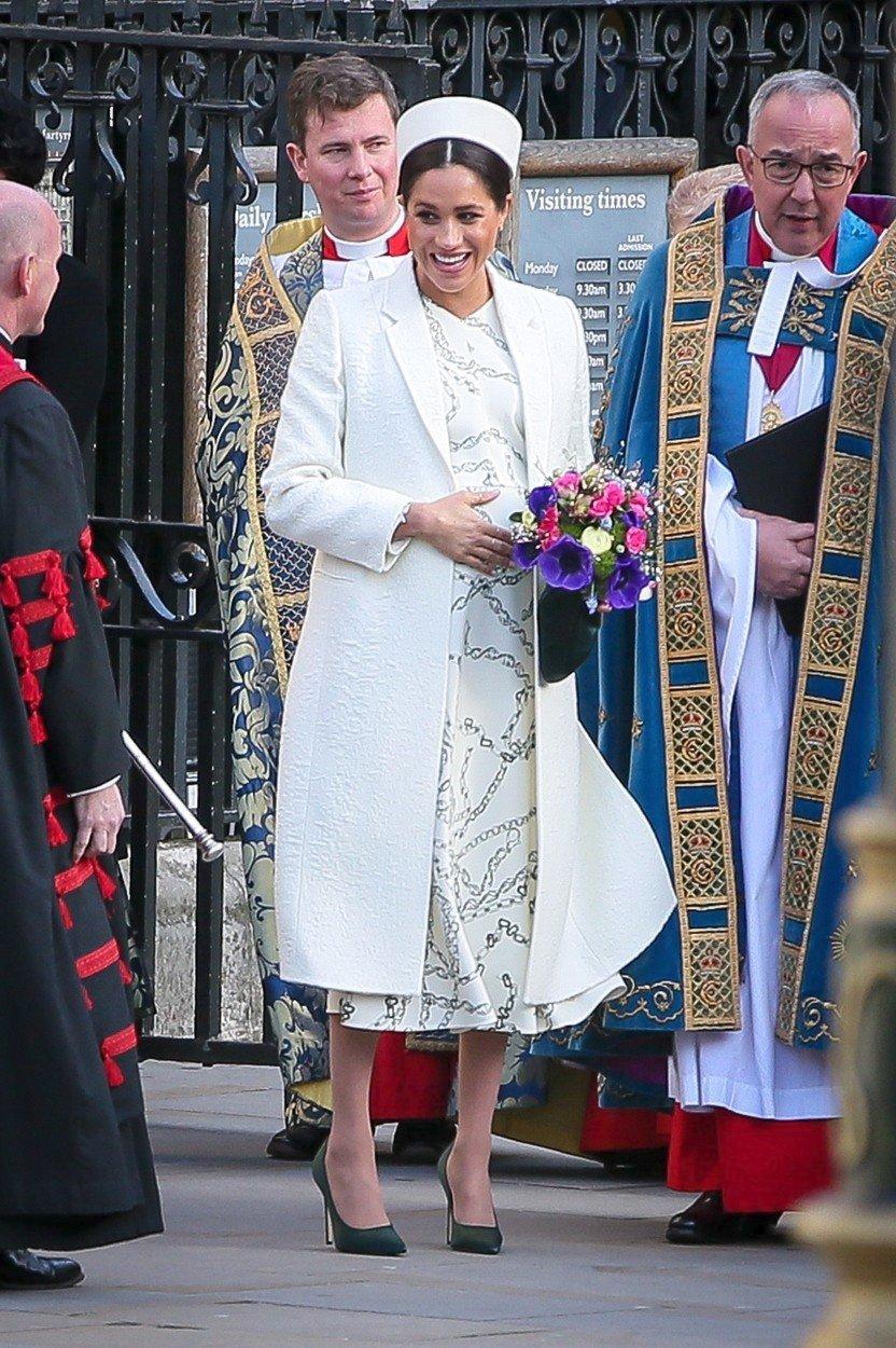 Meghan přicházející do Westminsterského opatství