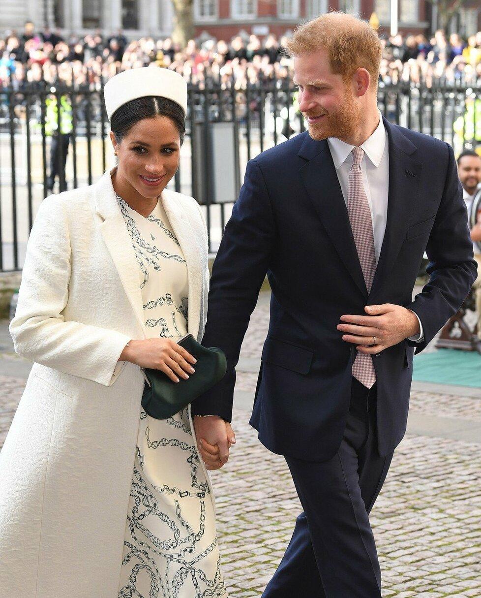 Meghan a princ Harry přicházejí do Westminsteru.