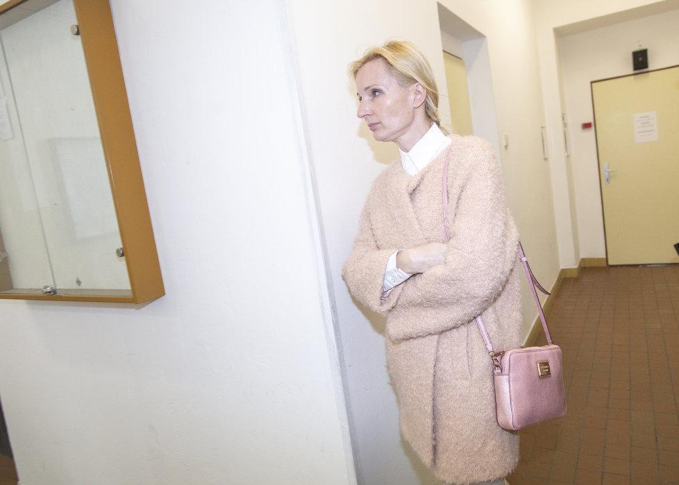 Petra Paroubková odchází od soudu.