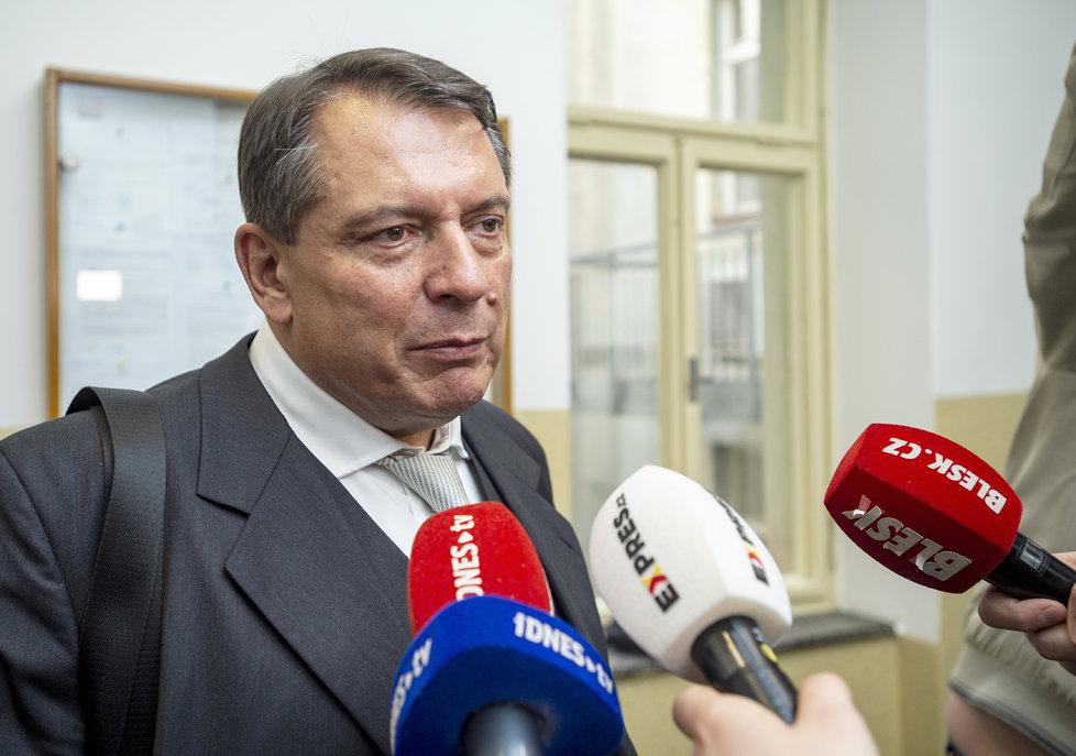 Jiří Paroubek opouští soud.