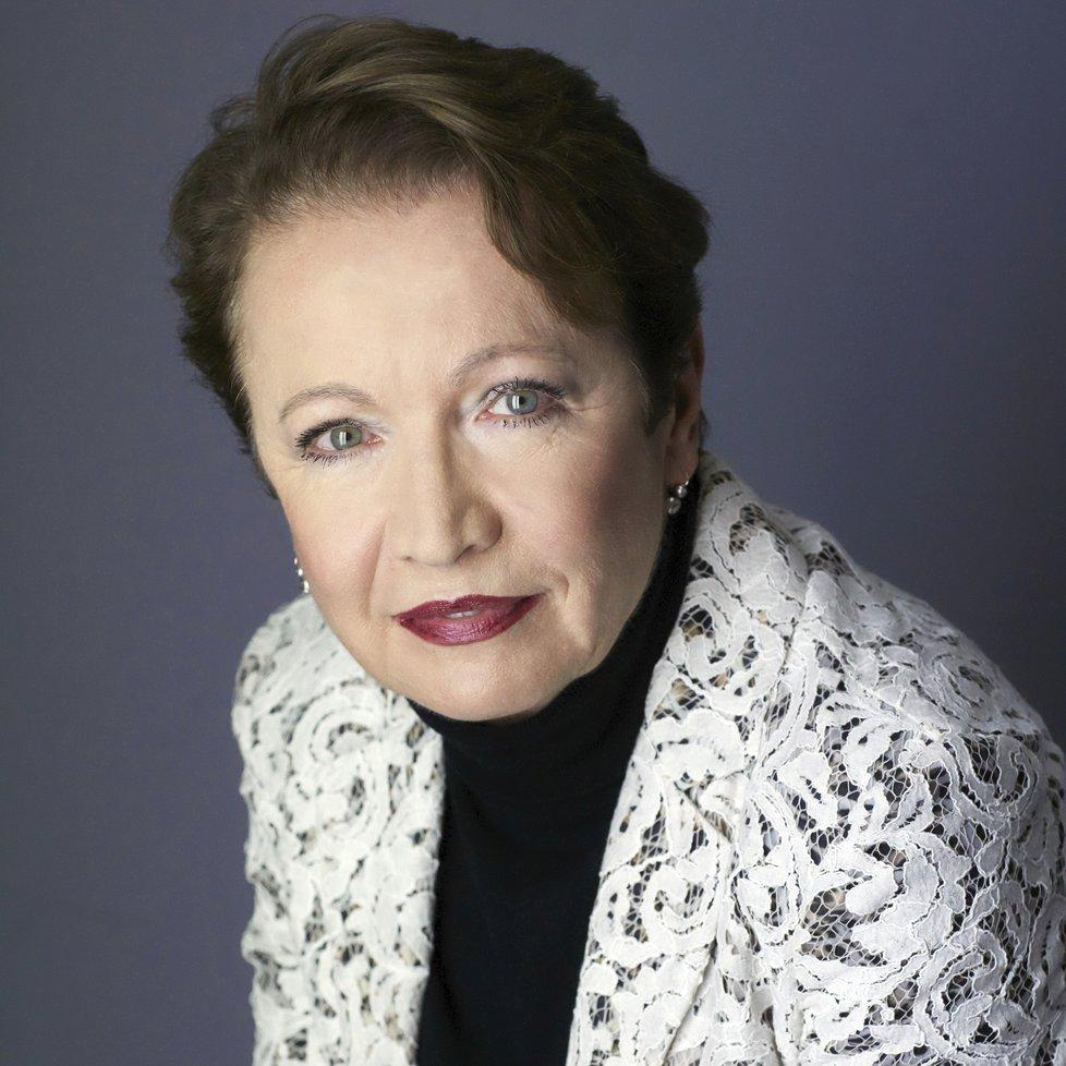 Herečka Hana Maciuchová (73) čte na nové audioknize humoristický román o pražské rodině, jejíž poklidný životní styl převrátí Robin, zcela originální exemplář foxteriéra.