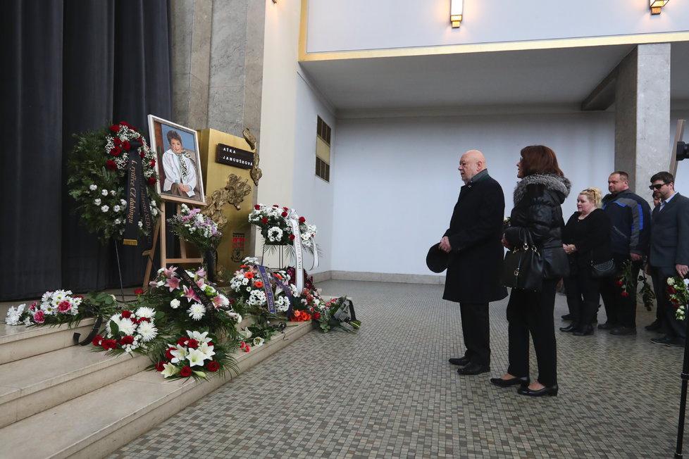 Pohřeb Aťky Janouškové v pražských Strašnicích.