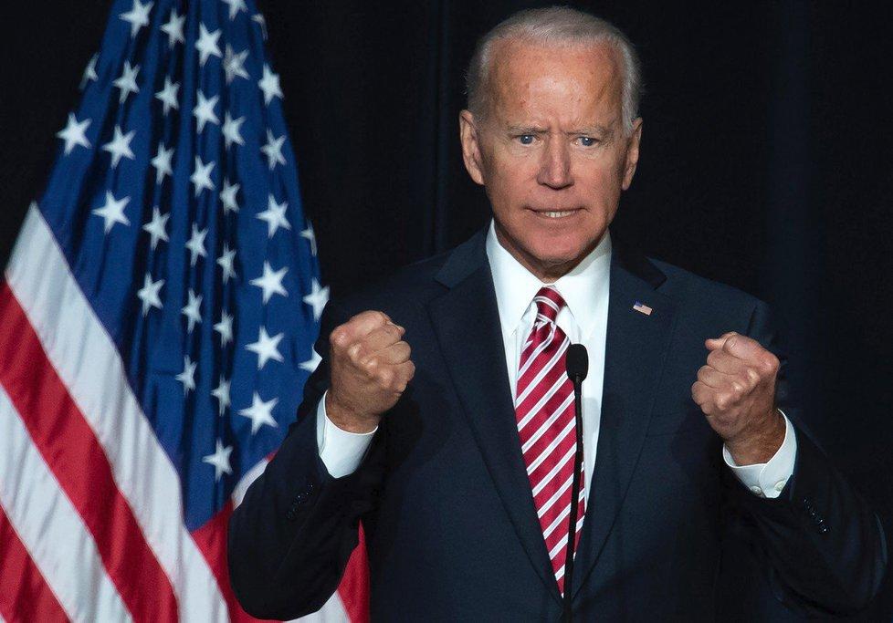 Kandidát na příštího amerického prezidenta Biden čelí obvinění ze sexuálního harašení.