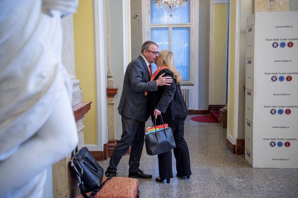 Ministr dopravy Dan Ťok políbil na přivítanou při příchodu na úřad vlády ministryni pro místní rozvoj Kateřinu Dostálovou (15. 4. 2019)