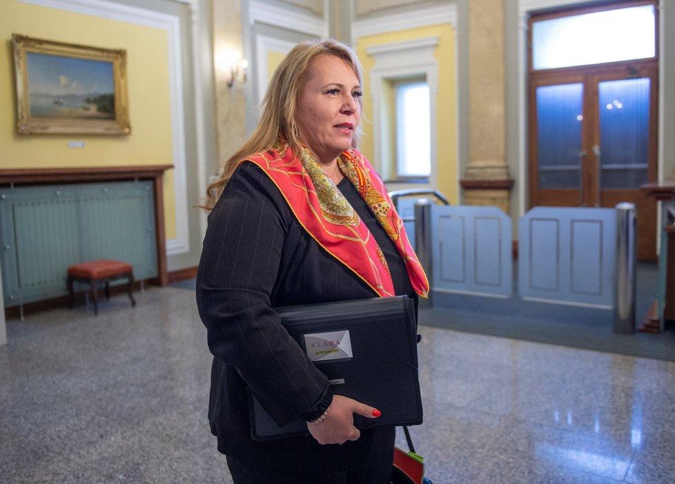 Ministryně pro místní rozvoj Kateřina Dostálová při příchodu na jednání vlády (15. 4. 2019)