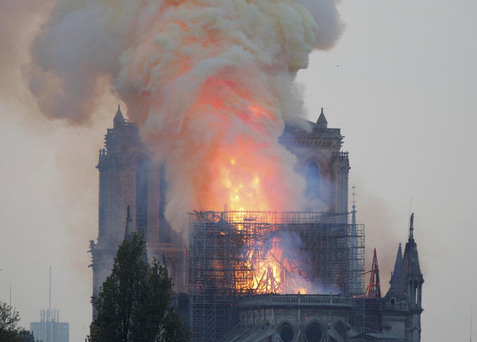 Věž pařížské katedrály Notre-Dame se kvůli mohutnému požáru 15.4.2019 zřítila