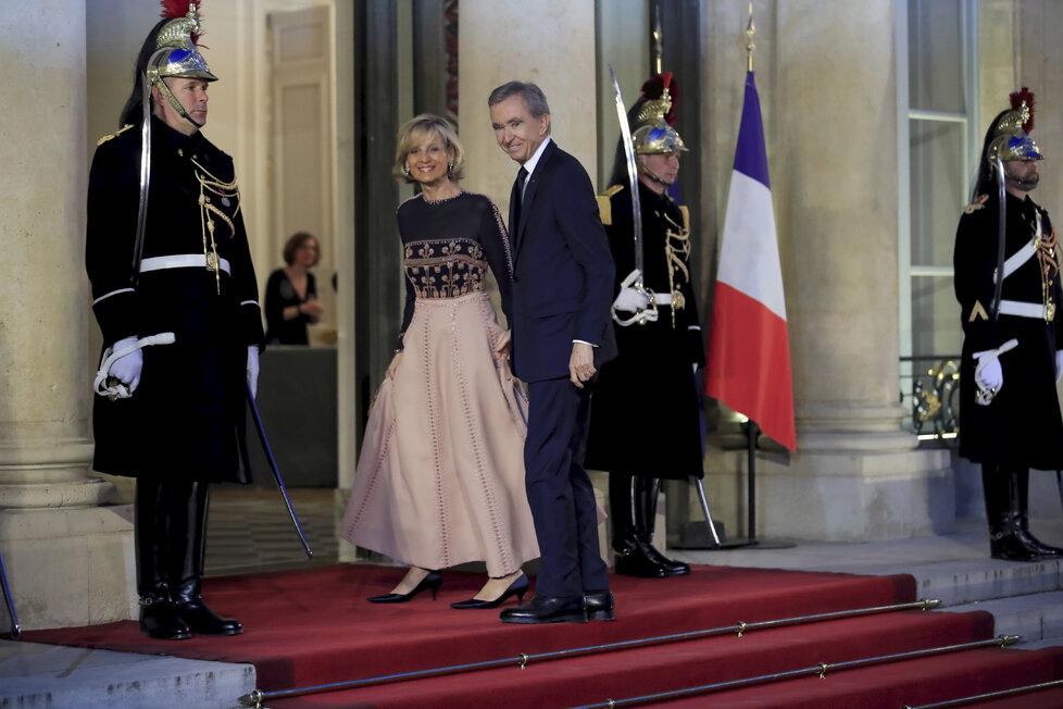 Francouzský podnikatel Bernard Arnault s manželkou Helene Mercierarriveovou v Elysejském paláci. Rodina Arnaultových, která vlastní koncern LVMH, věnuje na obnovu Notre-Dame přes 5 miliard korun.
