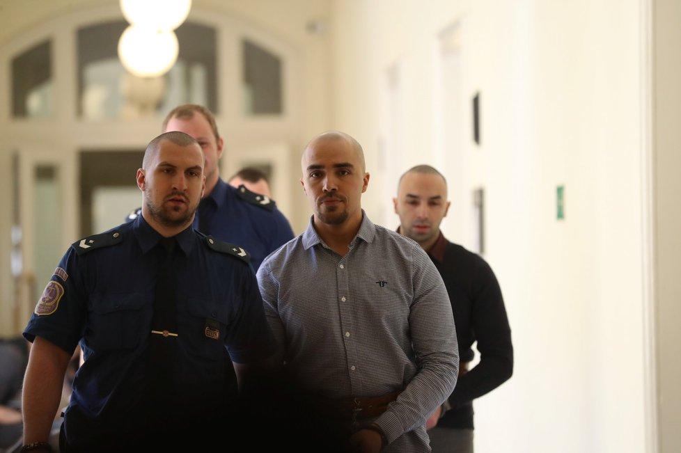 Bratři Aräsh a Armin N. u Městského soudu v Praze 2, 16. dubna 2019.
