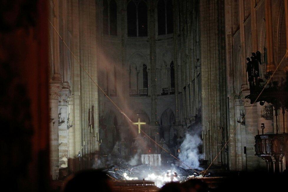 Kouř kolem oltáře v Notre-Dame. (16.4.2019)