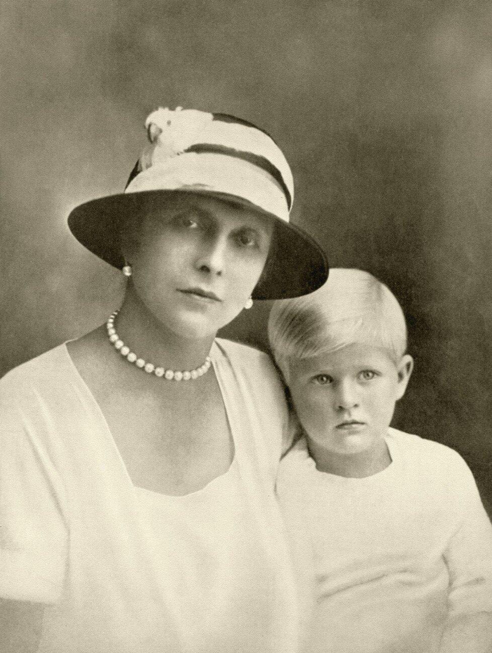 Princ Philip s matkou, princeznou Alicí.