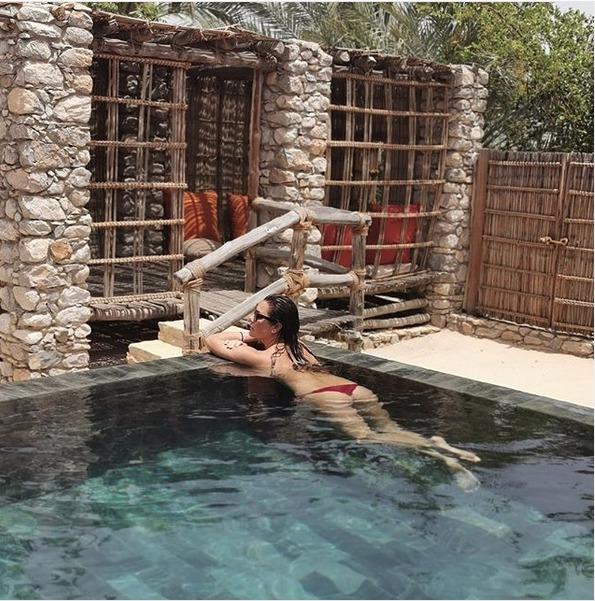Alena a její chvíle pohody v bazénu