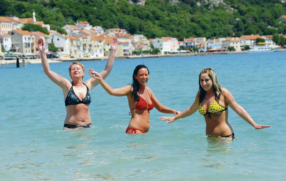 Barmanky Andrea (vpravo, 25) a Zdeňka (23) si nemohly koupání v 18 stupňů teplém moři vynachválit...