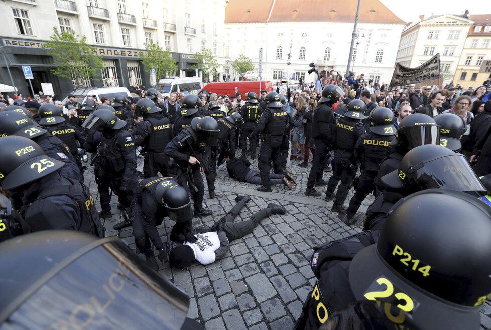 Napjatá prvomájová atmosféra v Brně: Kvůli akcím radikálů a antifašistů došlo i na zatýkání (1.5.2019)