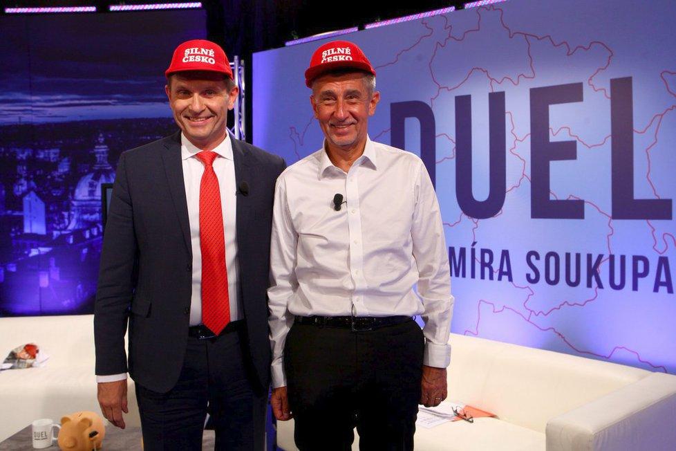 """Andrej Babiš daroval červenou čepici """"okopčenou"""" od Trumpa i moderátorovi Jaromírovi Soukupovi"""
