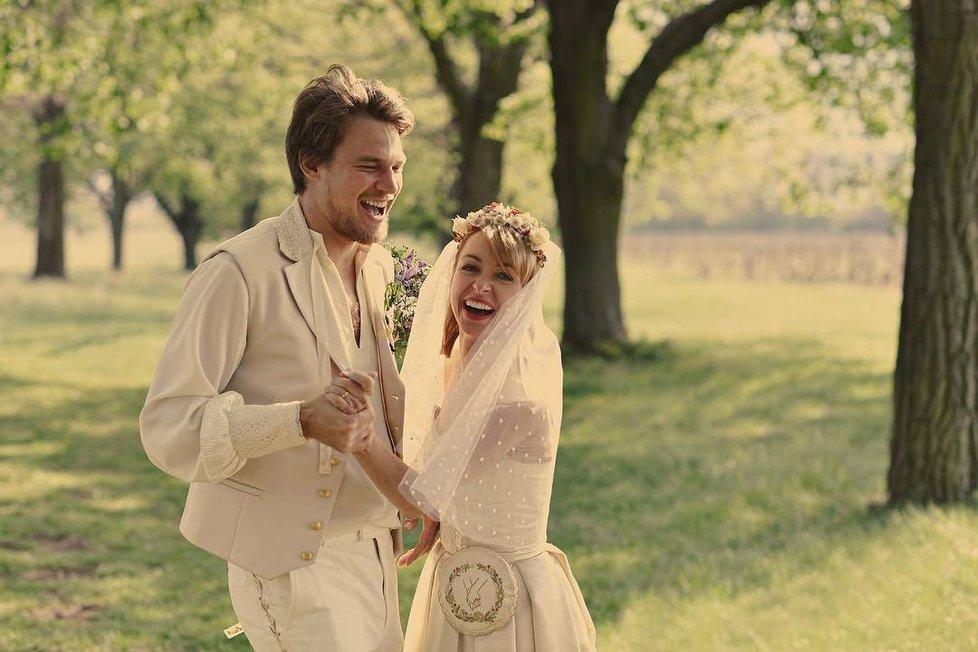 Vojta Dyk s Táňou Vilhelmovou už jsou svoji! Tajná svatba na svátek lásky.