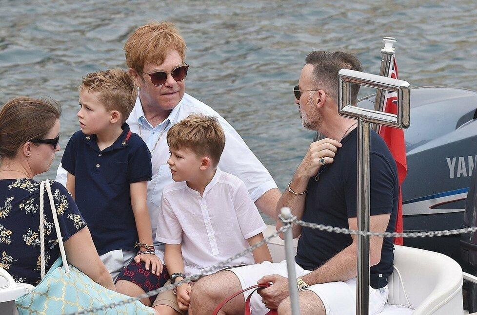 Zpěvák Elton John a filmař David Furnish společně vychovávají dva syny - osmiletého Zacharyho a sedmiletého Elijaha. Na snímku jsou na dovolené v Portofinu.