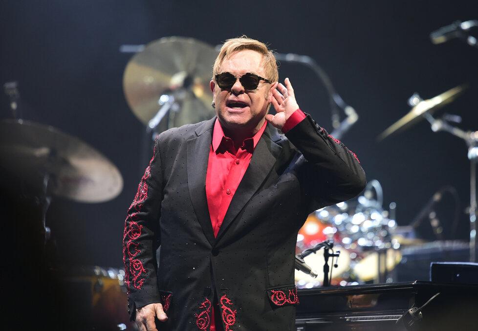 Elton John na svém posledním koncertu v Praze v listopadu 2016.