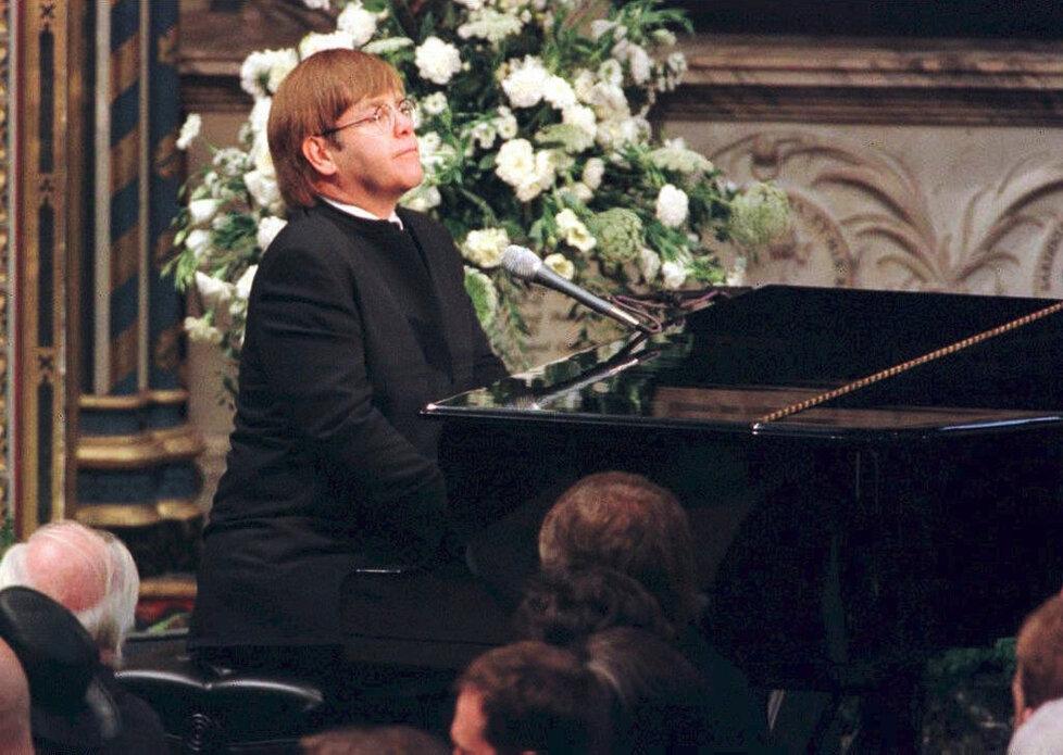 Píseň Candle In The Wind zahrál Elton John na pohřbu princezny Diany ve Westminsterské katedrále v Londýně.