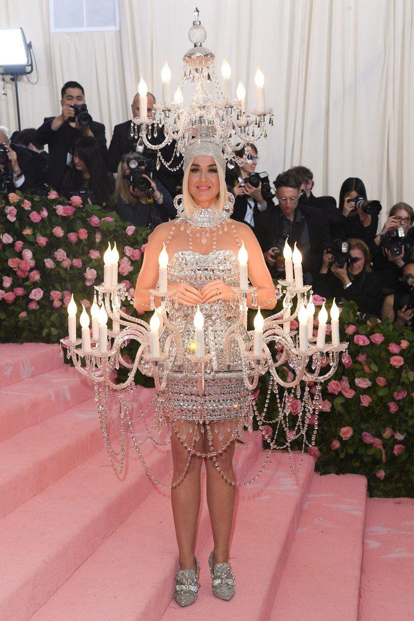 Katy Perryová v šatech Moschino