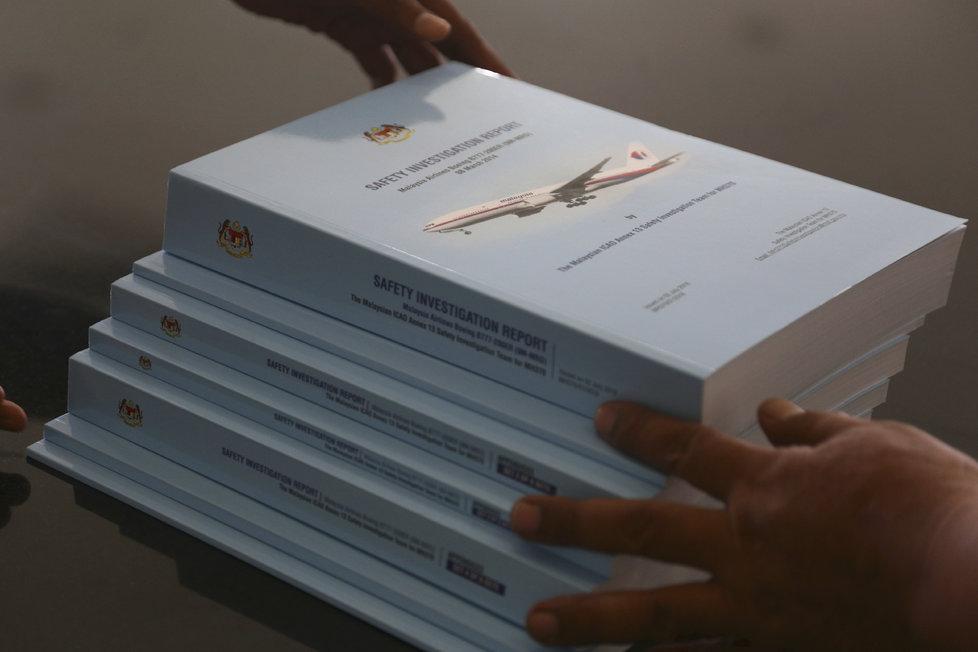 Zmizení letu MH370 je největší záhadou v letecké historii. Na snímku shrnutí oficiálního vyšetřování.