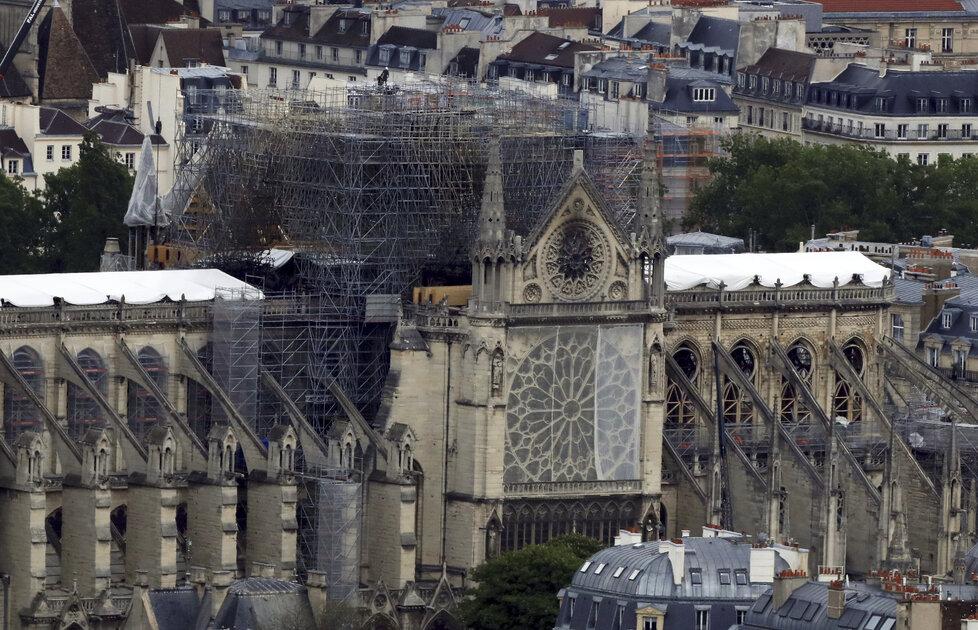 Stav katedrály Notre-Dame měsíc po požáru