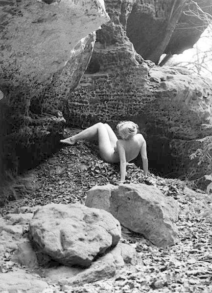 Nejvíce si pan Dostál užíval fotografování obyčejných dívek v krásném prostředí panenské přírody. Dnešní akty jsou podle něj příliš vyumělkované a neautentické.