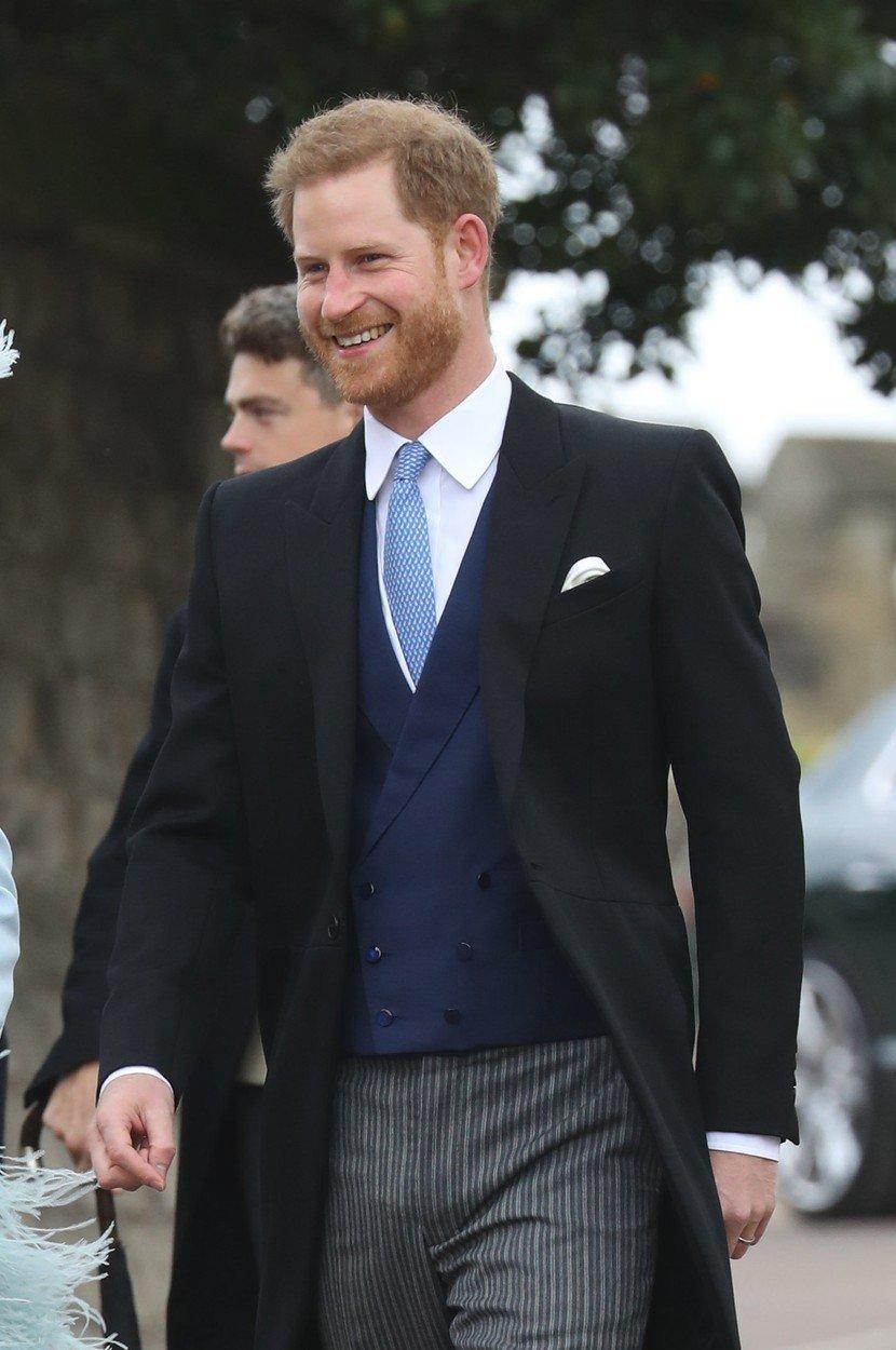 Princ Harry dorazil na svatbu vesele naladěn.